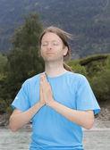 Joven meditando en namaste pose al aire libre en la naturaleza — Foto de Stock