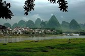 Yangshuo, China: Lijiang River Housess and Karst Rock Formations — Stock Photo