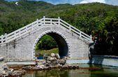 San Ya, China: Chinese Bridge at the Sanya Nanshan Temple Gardens — Stock Photo