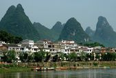Yangshuo, China: Houses on Lijang River and Karst Rock Formations — Stock Photo