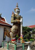 Bangkok, Thailand: Wat Arun Guardian Figure — Stock Photo