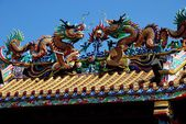 Chiang Mai, Thailand: Double Roof Dragons at Pung Tao Gong Ancestral Temple — Stock Photo