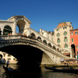Venice,Italy: Gondolas and the Rialto Bridge on the Grand Canal — Stock Photo