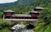 China: Traditional Bridge House over Stream on Sichuan Mountainside — Stock Photo