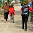 China: Women Walking Bicycles on Country Road in Pengzhou — Stock Photo