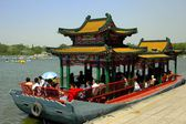 Beijing, China: Sightseeing Boat with Chinese Roofs on Lake in Behei Park — Stock Photo