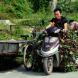 China: Man Driving Motorbike Laden with Vines in Pengzhou — Stock Photo