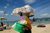 Patong, Thailand: Woman Selling Food and Drinks on Beach — Stock Photo
