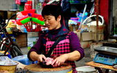 China: Woman Butcher Chopping Chickens — Stock Photo