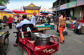 Pengzhou, China: Bustling Long Xing Outdoor Marketplace — Stock Photo