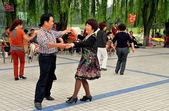 Pengzhou, China: Couple Dancing in Pengzhou Park — Stock Photo