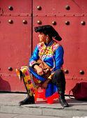 Pengzhou, China: Qiang Woman at Long Xing Monastery — Stockfoto