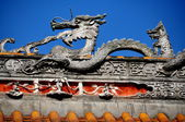 Pengzhou, China: Rooftop Dragon at Shi Fo Buddhist Temple — Stock Photo