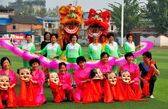 Pengzhou,China: Costumed Chinese Women and Lion Dancers — Stock Photo