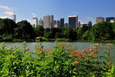 NYC: Mid-Manhattan Skyline seen across Central Park Boating Lake — Stockfoto