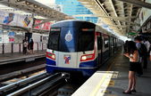 Bangkok Thailand: BTS Skyrrain Arriving at Sala Daeng Station — Stock Photo