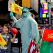 NYC:  Tourist Posting with Statue of Liberty Mime in Times Square — Stock Photo