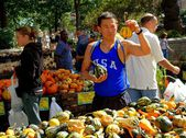 NYC: Man Buying Gourds at Farmer's Market — Stock Photo