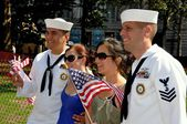 NYC: Two Women Pose with American Sailors at Battery Park — Stock Photo