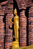 Lamphun, thajsko: suwanna chedi buddhat na wat phra maha od to haripunchai — Stock fotografie