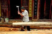 Langzhong Ancient City, China: Man Chopping Wood — Stock Photo