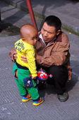 Langzhong, china: vader met kleine jongen — Stockfoto
