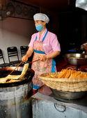 Langzhong, China: Woman Frying Noodles in Wok — Stock Photo