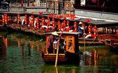 Chengdu, China: Guide Poling Sightseeing Boat at Long Tan Water Village — Stock Photo