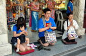 Bangkok, Thailand: Devout Thais Praying at Erawan Shrine — Stock Photo