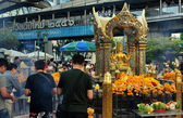 Bangkok, Thailand: People at Erawan Shrine — Stock Photo