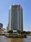 Bangkok, Thailand: Peninsula Hotel overlooking Chao Praya River — Stock Photo