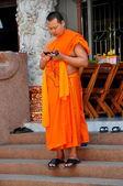 Chiang mai thaland: mönch mit handy bei thai-tempel — Stockfoto