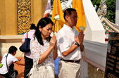 Bangkok, Thailand: Devout Thais Praying at Royal Wat Boworniwet — Stock Photo