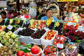 Bangkok, Thailand: Woman Selling Fruit at Or Tor Kor Market — Stock Photo