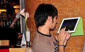 Bangkok, thailandia: thai adolescente utilizzando il pad hi-tech — Foto Stock