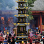 Pengzhou, China: Courtyard of Long Xing Monastery with People and Brazier Pagoda — Stock Photo