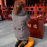 Pengzhou, China: Woman Praying at Long Xing Temple — Stock Photo