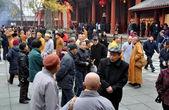 Pengzhou, China: Crowds of People at Long Xing Monastery — Stock Photo