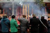 Pengzhou, china: palillos del incienso de iluminación de la gente en el templo chino — Foto de Stock