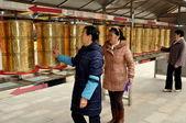 Pengzhou, China: Women Spinning Tibetan Prayer Wheels — Stock Photo