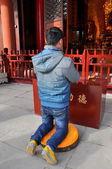 彭州市,中国: 在龙兴寺祈祷的人 — 图库照片
