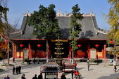 Pengzhou, China: Courtyard and Great Hall of Gilded Buddha at Chinese Temple — Stock Photo