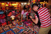 Chiang Mai, Thailand: Man Shopping for Souvenirs at the Night Bazaar — Stock Photo