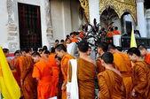 Chiang Mai, Thailand: Novitiate Monks Entering Ubosot at Wat Chedi Luang — Stock Photo