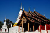 Chiang Mai, Thailand: White chedi and Vihan Halls at Wat Phra Singh — Stock Photo