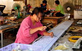 Chiang Mai, Thailand: Woman Crafting Sheet of Tin at Wat Sri Suphan — Stock Photo