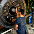 Chiang Mai, Thailand: Young Man Rubs Bronze Drum a tWat Phra Singh — Stock Photo