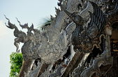 Chiang Mai, Thailand: Silvered Tin Dragons on Vihan Roof at WatSri Suphan — Stock Photo