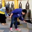 Chiang Mai, Thailand: Visitors Ringing Bells at Wat Doi Suthep — Stockfoto