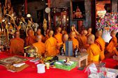 Chiang Mai, Thailand: Monks Praying at Wat Doi Suthep — Stock Photo